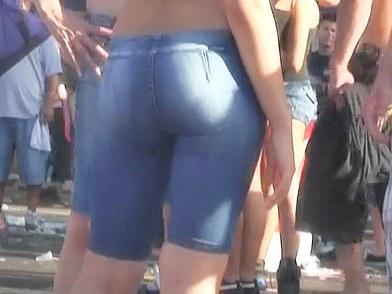 Les shorts en jean's sont de sortie pour les voyeurs