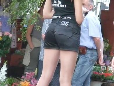 Une hôtesse dans la rue avec un petit short noir