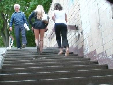 Upskirt à la montée des escaliers